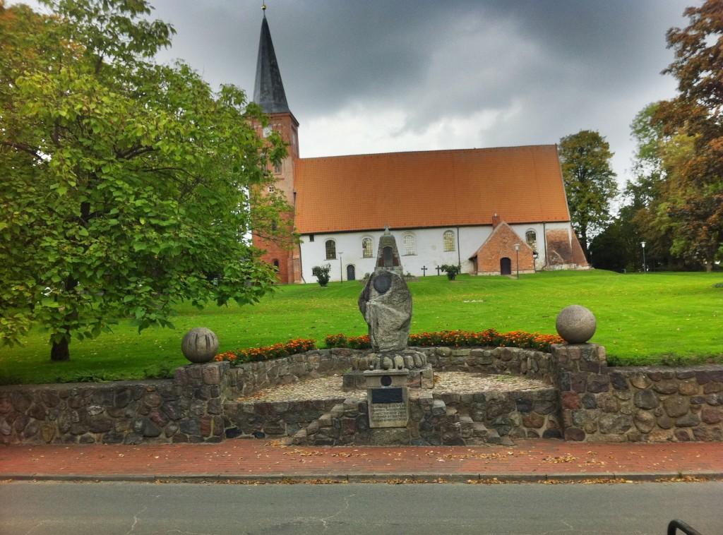 Vicelinkirche St. Jakobi mit Schwedenehrenmal