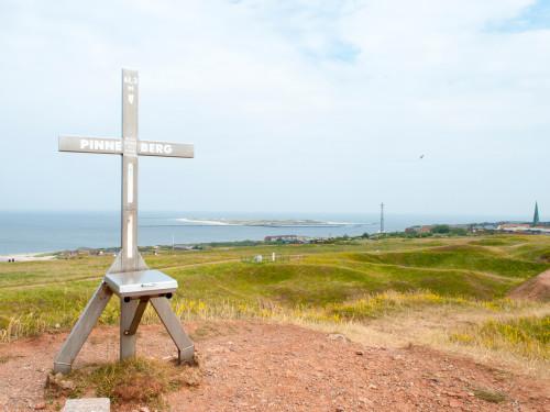 Der Pinneberg und Gipfelkruez auf Helgoland