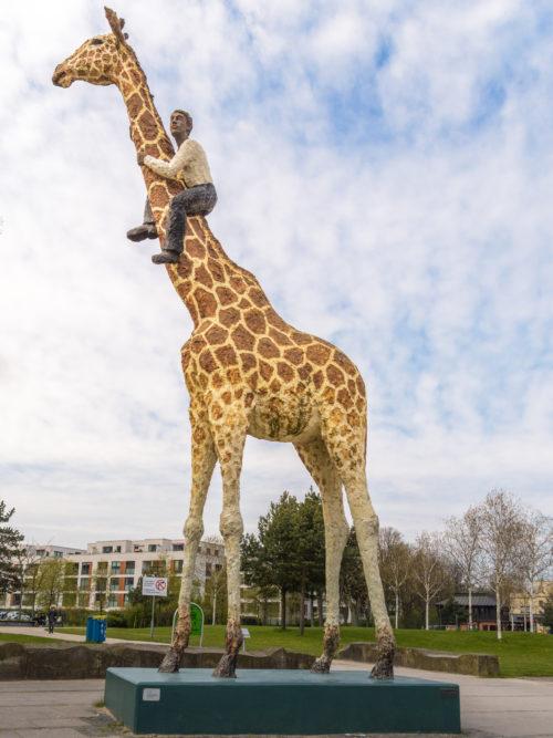 Giraffen-Skulptur vor Hagenbek