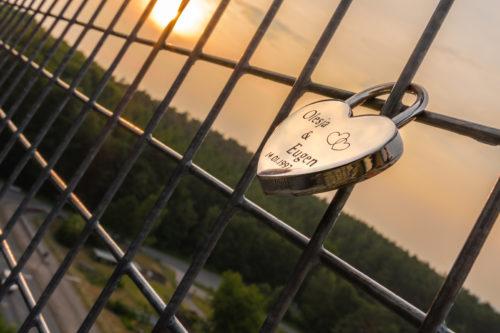 Liebesschloss in Herzform bei Sonnenuntergang