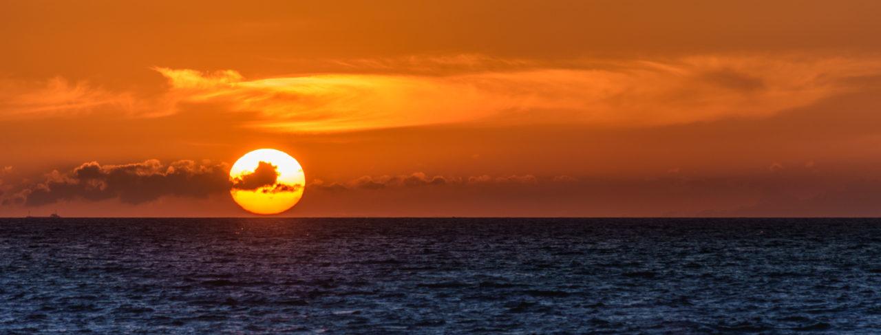 Sonnenuntergang über der Ostsee auf Fehmarn am Fährhafen Puttgarden