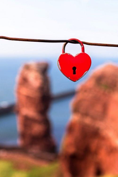 Rotes Liebesschloss vor dem roten Felsen der Langen Anna