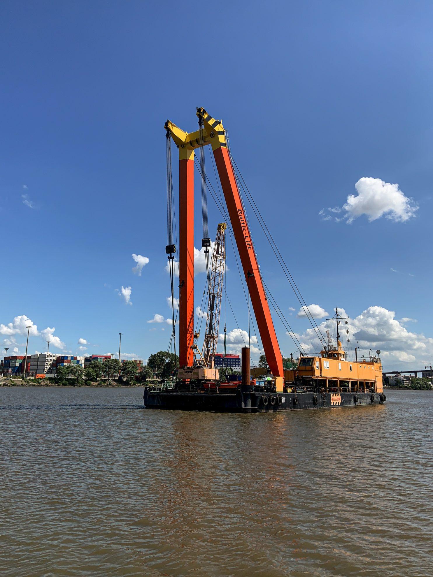 Bagger auf der Elbe