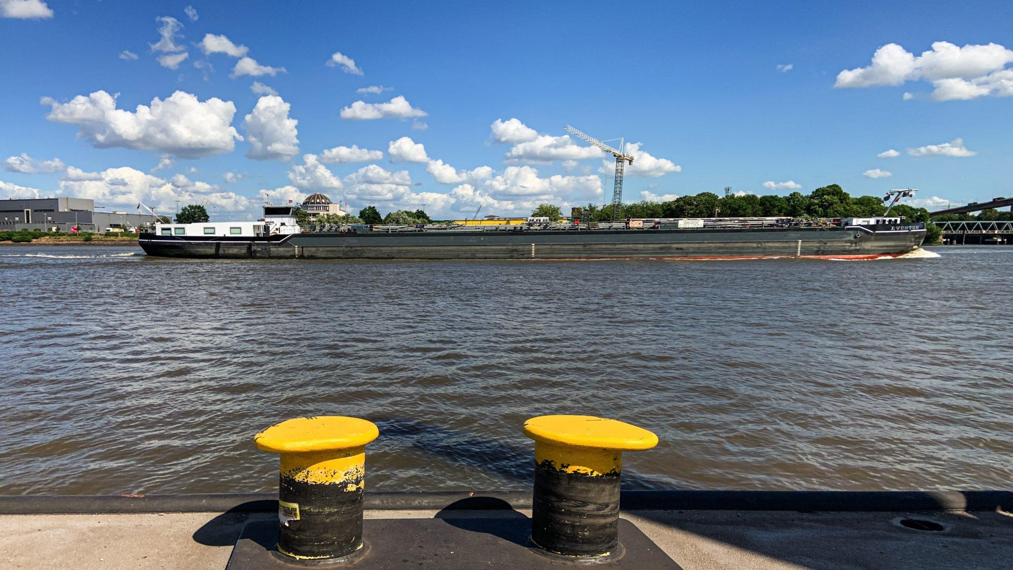 Frachter auf der Elbe