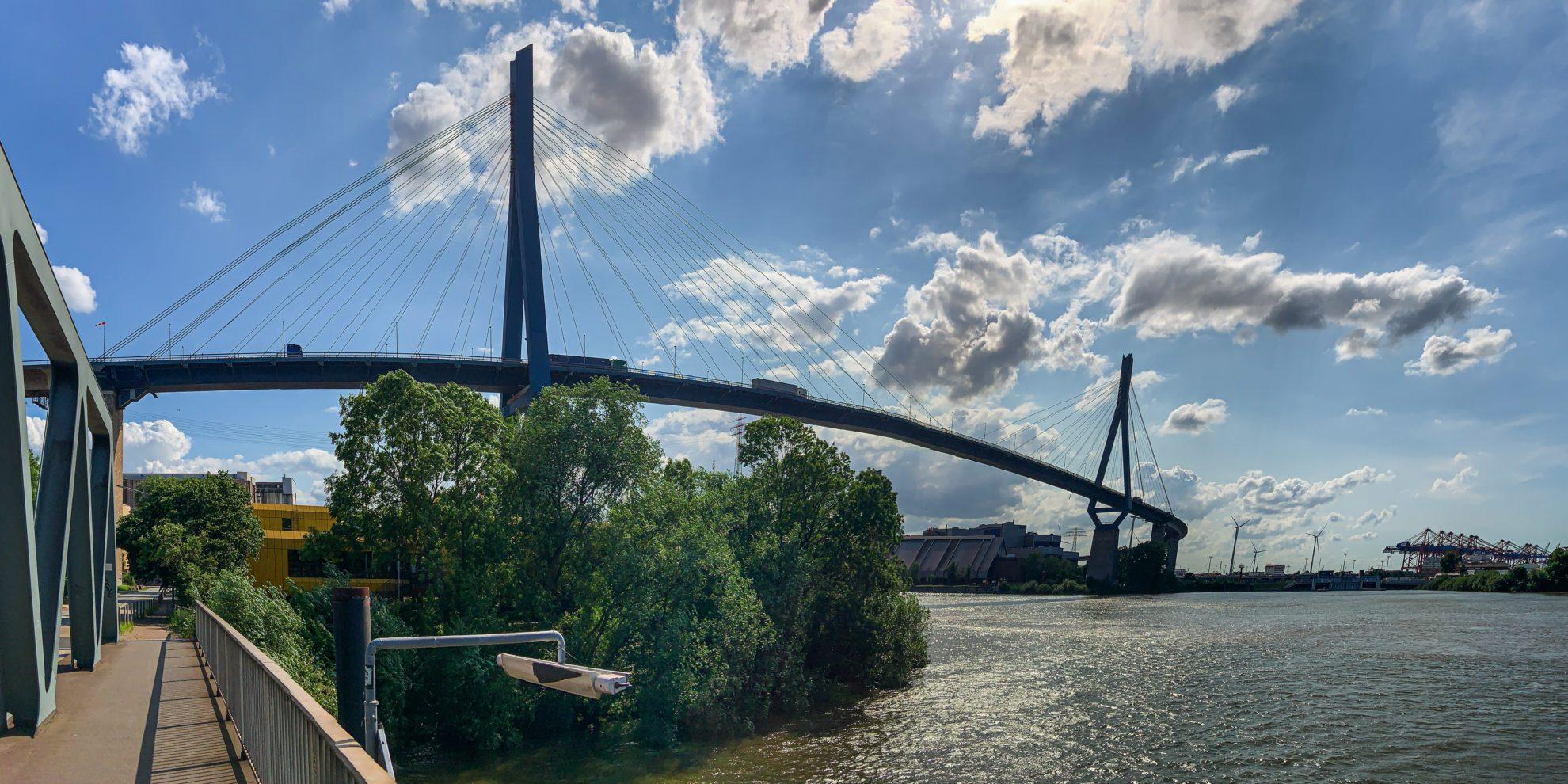 Panorama der Köhlbrandbrücke von Neuhof aus gesehen