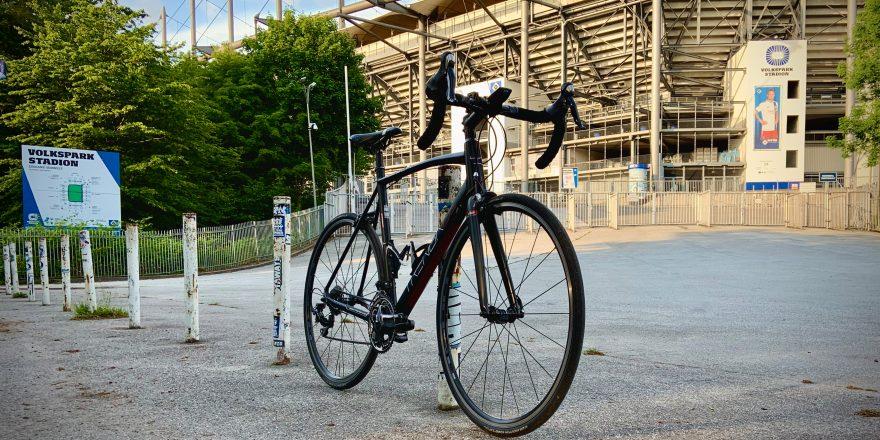 TrengaDE GLR Rennrad vor einem Eingang des Volksparkstadions