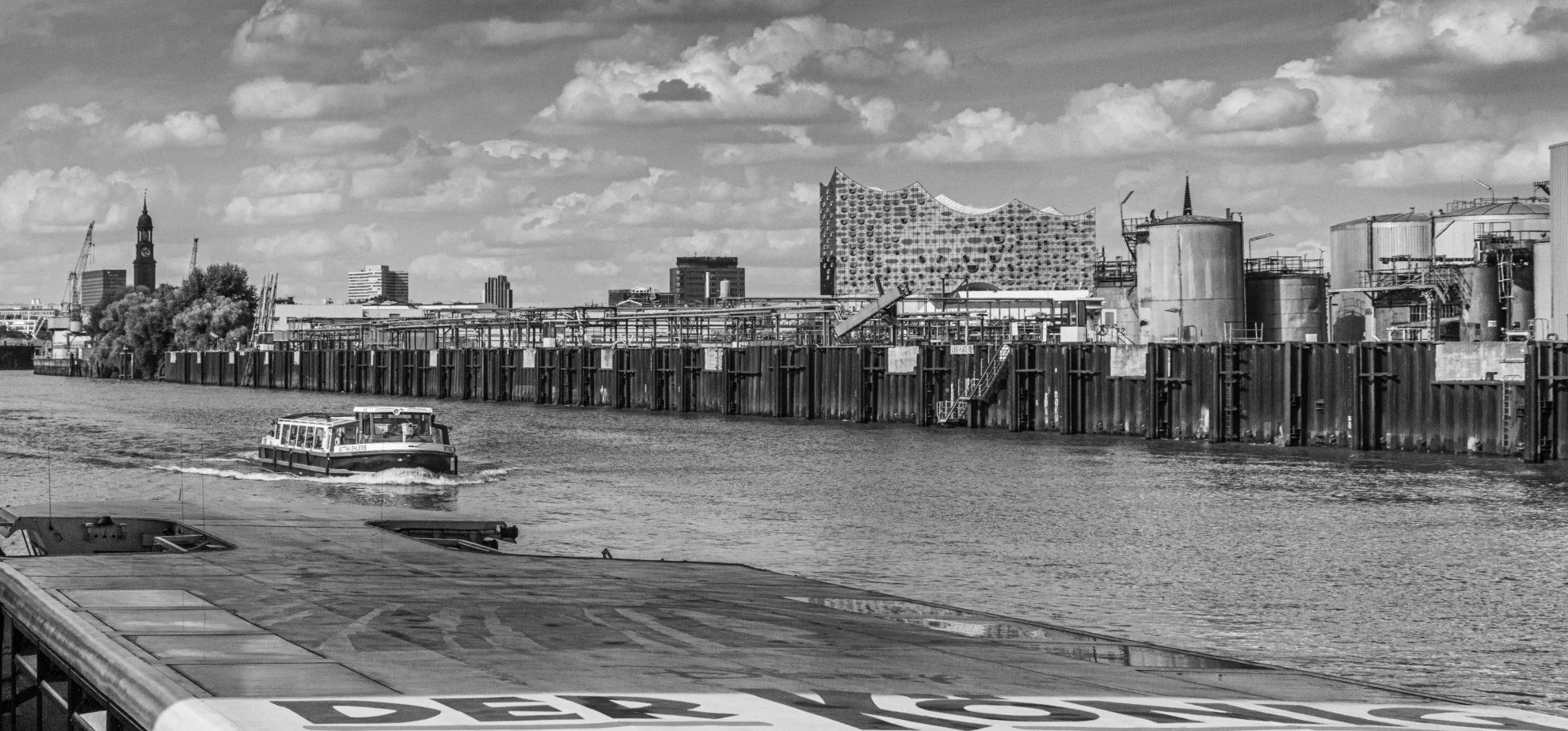 Hamburger Hafenbarkasse Bettina Ehlers und Elbphiharmonie - Argentinienbrücke Hamburg (Black&White)