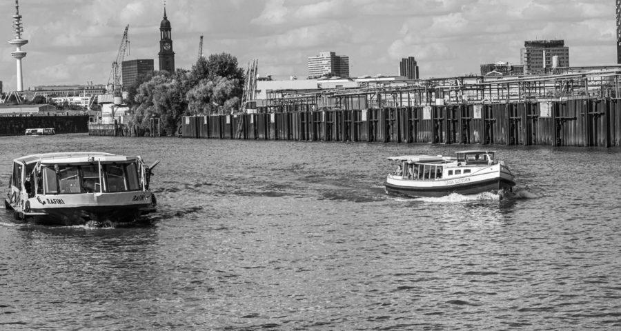 Hamburger Hafenbarkasse Claudia Glitscher und HADAG Fähre Rafiki - Argentinienbrücke Hamburg (Black&White)