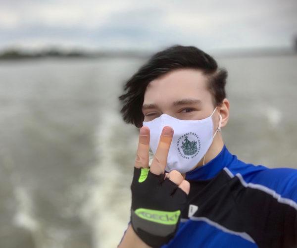 Emo-Radler mit Maske auf Schiff