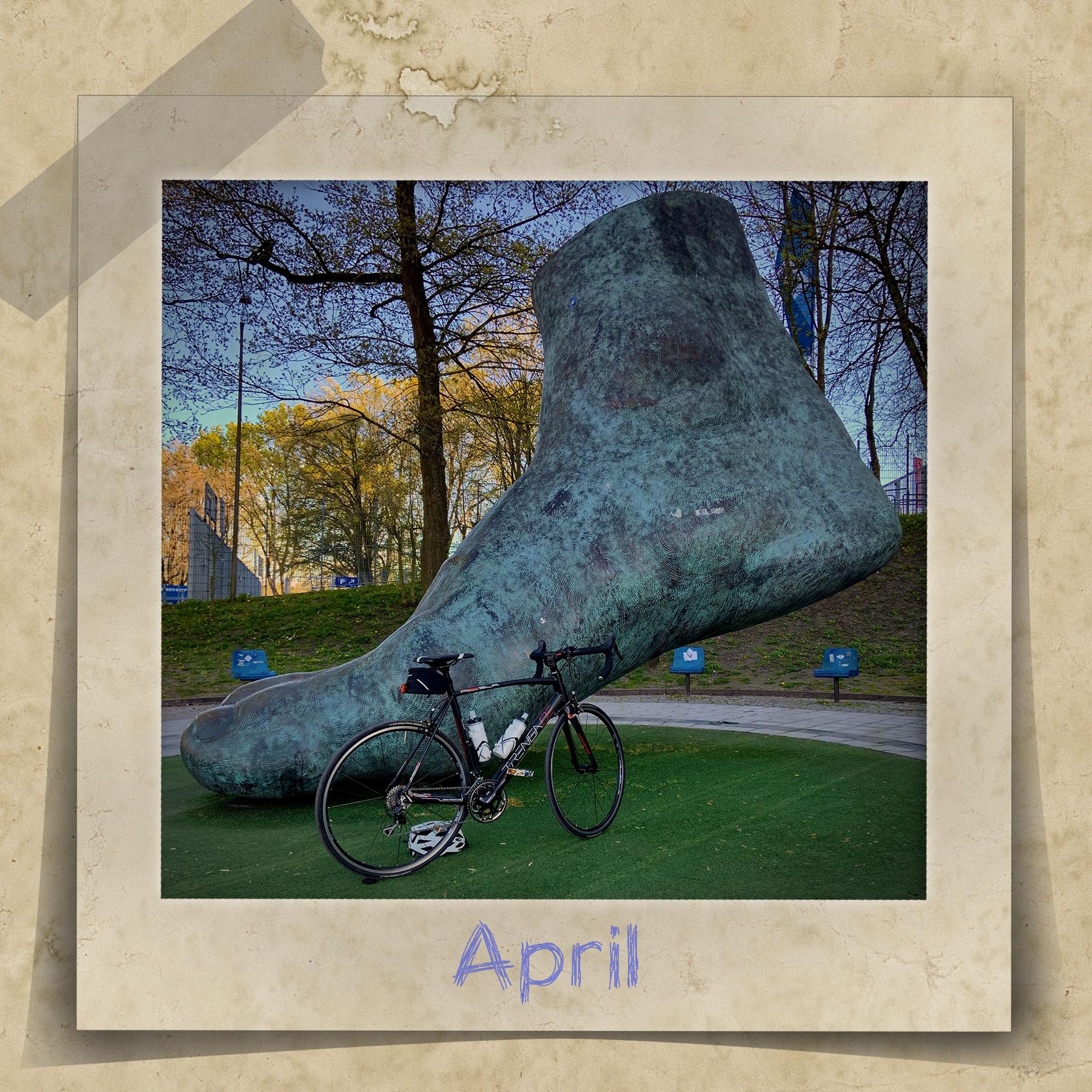 Skulptur von Uwe Seelers Fuß und im Vordergrund ein Rennrad