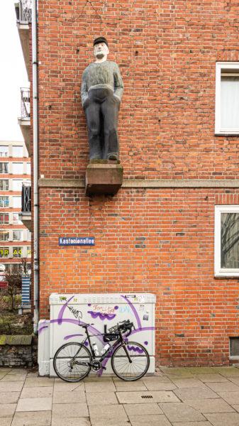 Kunst am Bau hinter dem Oberettenhaus - Stellt es einen Seemann dar?