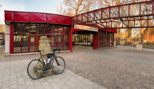 TrengaDe-Rennrad vor U-Bahnstation Hagendeel