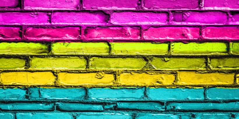 Farben der Pansexualität an einer Mauer