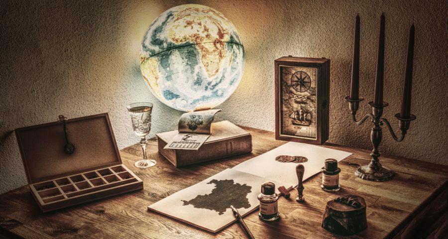 Globus auf Schreibtisch