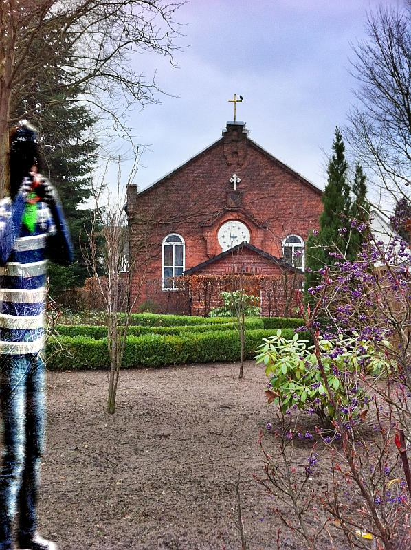 Der Emo Hennen-Geist vor der Kirche, den Raben im Rücken...