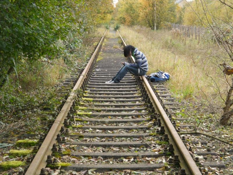 Ein Emo-Henne auf den Gleisen und natürlich mit... Richtig, iPhone in der Hand.