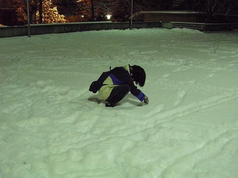 EmoHoernRockz aka Hendrik sitzt im Schnee, um seinen Namen in den Schnee zu ... schreiben. :D
